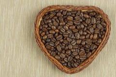 Grains de café rôtis sur la table de cuisine Café frais Préparation de café chaud Boisson régénératrice Ventes des grains de café Photo libre de droits