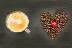 Grains de café rôtis sur la table de cuisine Café frais Préparation de café chaud Boisson régénératrice Ventes des grains de café Photo stock