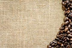 Grains de café rôtis sur la toile floor1 Photo stock