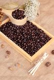 Grains de café rôtis sur le fond de brun de sac Photo stock