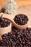 Grains de café rôtis sur le fond de brun de sac Image libre de droits