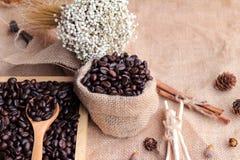 Grains de café rôtis sur le fond de brun de sac Images libres de droits