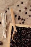 Grains de café rôtis sur le fond de brun de sac Photo libre de droits