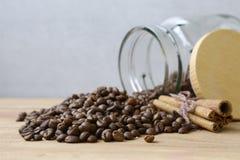 Grains de café renversés de verre peu de pot Photos stock