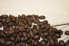 Grains de café renversés hors du sac Images stock