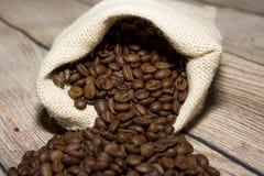 Grains de café renversés hors du sac Photographie stock
