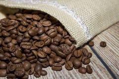 Grains de café renversés hors du sac Photos libres de droits