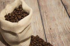 Grains de café renversés hors du sac Images libres de droits