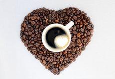 Grains de café sous forme de coeur et tasse de café fraîchement préparé Fond de jour du ` s de Valentine de café Photo libre de droits