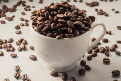 Grains de café sur Gray Background neutre Café foncé de rôti blanc Images libres de droits