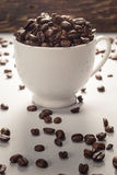 Grains de café sur Gray Background neutre Café foncé de rôti blanc Photos stock