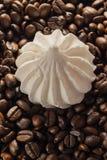 Grains de café sur Gray Background neutre Café foncé de rôti Mering Photos stock