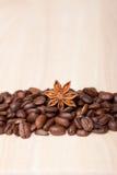 Grains de café sur la surface en bois Images libres de droits