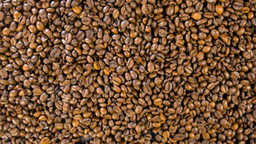 Grains de café sur la table Images stock
