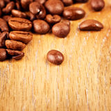 Grains de café sur la table en bois Photo libre de droits