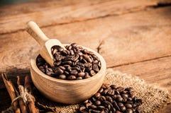 Grains de café sur la table en bois Images libres de droits