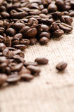 Grains de café sur la table sur la fin de toile à sac  Photographie stock