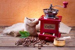 Grains de café sur la texture en bois photo stock