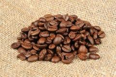 Grains de café sur la toile à sac Images libres de droits