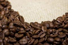 Grains de café sur la toile à sac Images stock