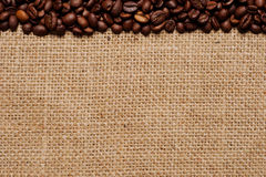 Grains de café sur la toile de jute #1 Photos libres de droits