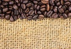Grains de café sur la toile de jute Photo libre de droits