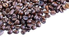 Grains de café sur le blanc Photographie stock libre de droits