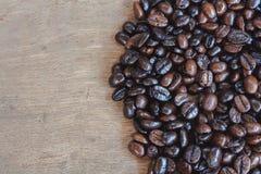 Grains de café sur le bois Images libres de droits