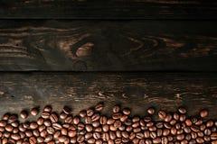 Grains de café sur le bois de noir de table image stock