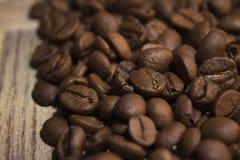 Grains de café sur le conseil en bois Photo libre de droits