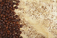 Grains de café sur le fond abstrait Images stock