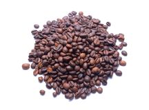 Grains de café sur le fond blanc Photo libre de droits
