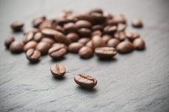 Grains de café sur le fond de tableau Image libre de droits