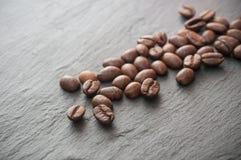 Grains de café sur le fond de tableau Photographie stock libre de droits