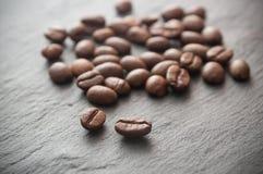 Grains de café sur le fond de tableau Photographie stock