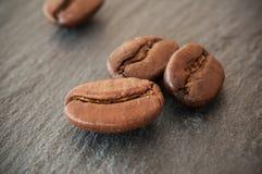 Grains de café sur le fond de tableau Images libres de droits