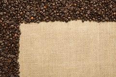 Grains de café sur le fond des tissus de jute Photos libres de droits