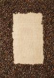 Grains de café sur le fond des tissus de jute Photo libre de droits