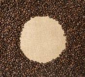Grains de café sur le fond des tissus de jute Photo stock