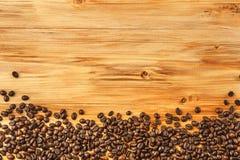Grains de café sur le fond en bois Images stock