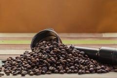 Grains de café sur le fond en bois Image libre de droits