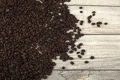 Grains de café sur le fond en bois Photographie stock