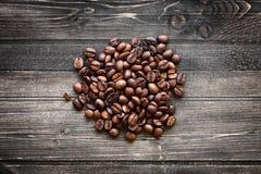 Grains de café sur le fond en bois Photos libres de droits