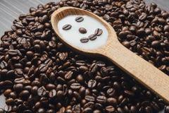 Grains de café sur le fond foncé Photos libres de droits