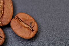 Grains de café sur le fond noir compatible à photos stock