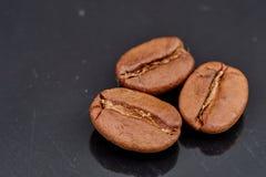Grains de café sur le fond noir compatible à photos libres de droits