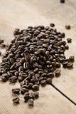 Grains de café sur le panneau en bois photo libre de droits