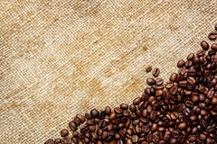 Grains de café sur le textile traditionnel de sac Photos stock