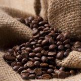 Grains de café sur le tissu de toile de jute Image stock