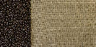 Grains de café sur le tissu de jute photographie stock libre de droits
